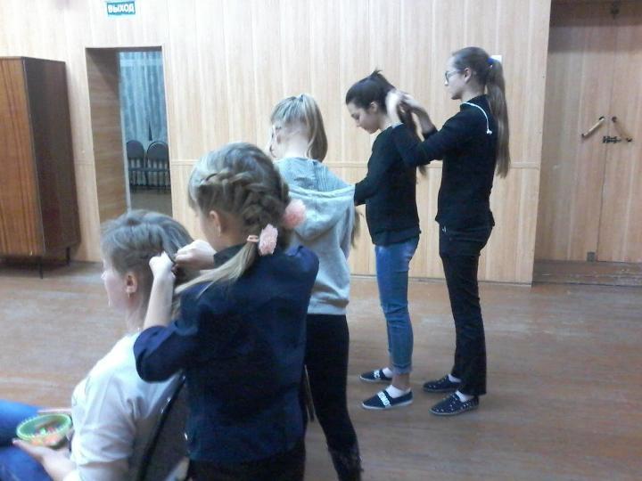 Девочки п. Заволжский учатся делать прически