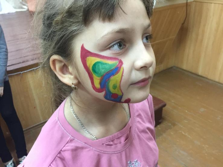Девочки п. Заволжский перевоплотились в животных и насекомых с помощью красок