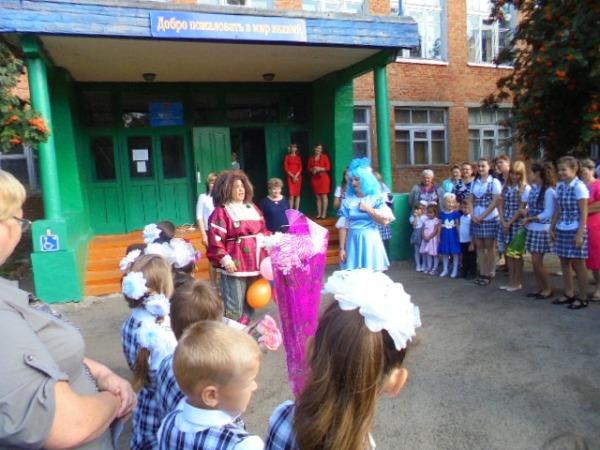 Школьников Пугачевского района поздравили с Днем знаний