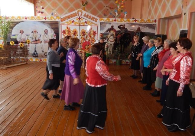 В ДК п. Солянский прошло мероприятие «Славим мудрость зрелых лет», где чествовали пожилых людей