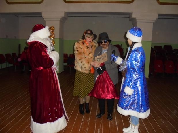 Детей с. Красная Речка поздравили сказочные герои