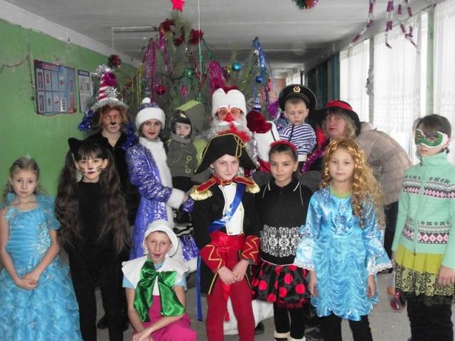 На театрализованное представление у елки пригласили детей  с. Н. Порубежка