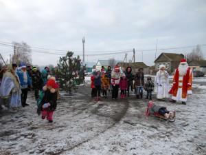 Новогодний праздник на сельской улице