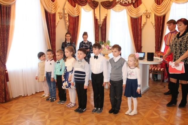 В Пугачевском отделении ЗАГС поздравили женщин с праздником